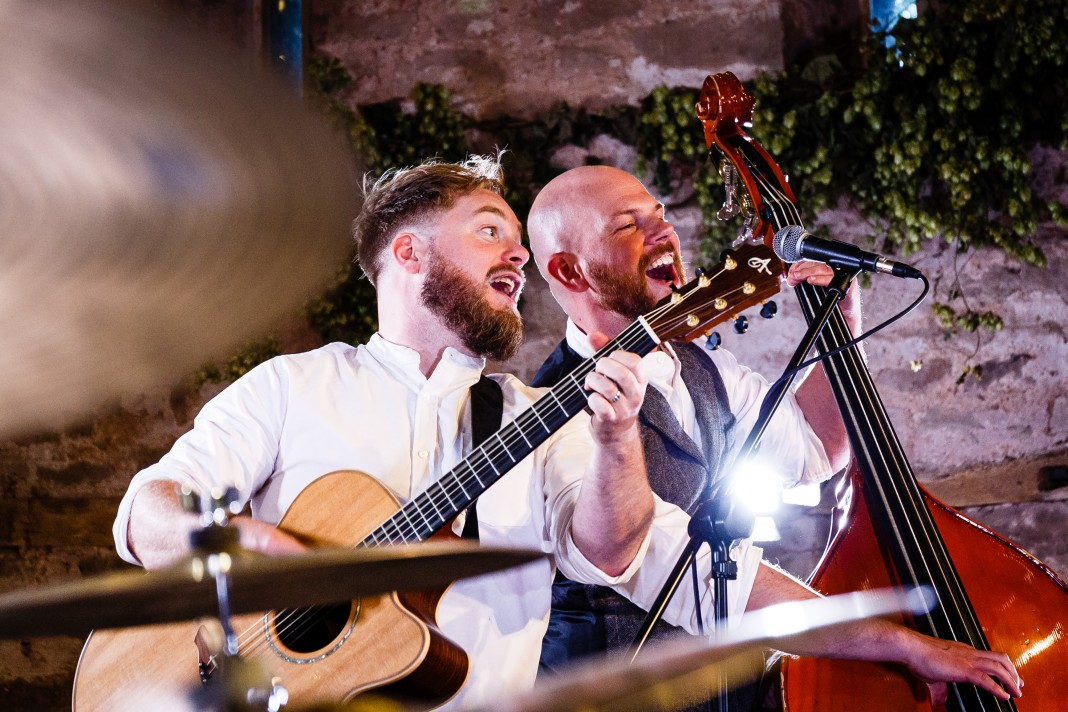 Guitarist and double bassist singing together